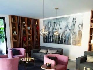 Una sala de estar llena de muebles y una gran ventana en Departamento en venta en San Miguel Chapultepec de 3 Recámaras