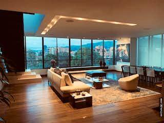 Una sala de estar llena de muebles y una gran ventana en Penthouse virrey, Polo Club, Bogotá. Con 3 habitaciones-295mt2