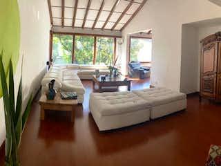 Una sala de estar llena de muebles y una ventana en -