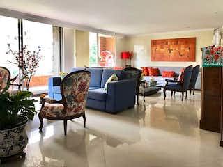 Una sala de estar llena de muebles y una gran ventana en Conjunto Residencial Mondrian