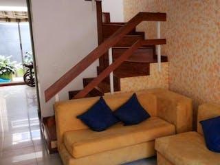 Una sala de estar llena de muebles y una ventana en Conjunto Guayacan