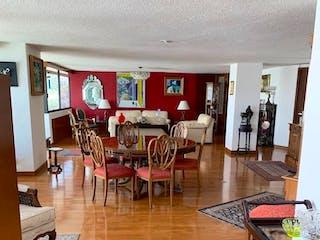 Una sala de estar llena de muebles y un suelo de madera en Departamento en venta en Parque del Pedregal, de 283mtrs2