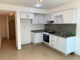 Una cocina con armarios blancos y electrodomésticos blancos en Departamento en venta en Anáhuac, de 94mtrs2