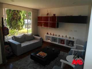 Una sala de estar llena de muebles y una chimenea en Casa en venta en Las Lomas, EL Poblado de 220mtrs2