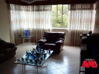 Una sala de estar llena de muebles y una ventana en Casa en Venta en Conquistadores, Medellín de 158mtrs2