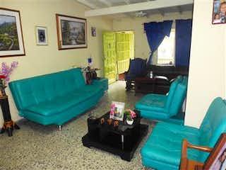 Una sala de estar llena de muebles y un sofá en Casa en Venta en La Floresta, Con 4 Habitaciones-117mt2