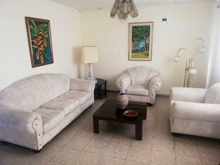 Una sala de estar llena de muebles y un sofá en Casa en venta en Santa Monica de 160 mts