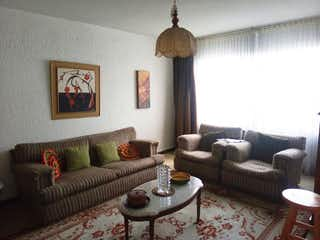 Una sala de estar llena de muebles y un reloj en Casa en Venta Villa Luz, Con  3 habitaciones-112mt2