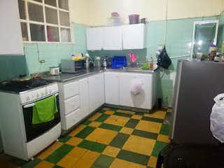 Una cocina que tiene un suelo verde y blanco a cuadros en LAS MELLIZAS