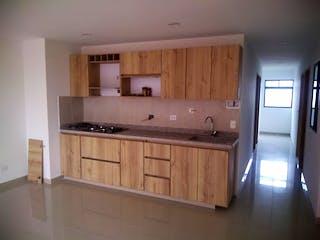 Una cocina con una estufa de fregadero y nevera en Apartamento en venta en Simón Bolívar de 100m2.