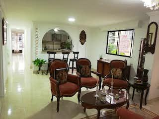 Una sala de estar llena de muebles y una ventana en Casa en venta en Campo Amor de 109m2.