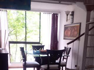 Una sala de estar llena de muebles y una ventana en cerros cuatro