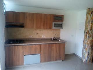 Una cocina con armarios de madera y un fregadero en Apartamento en venta en Fátima de 87m2.