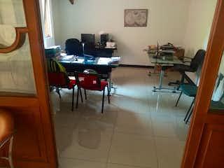 Una habitación con un escritorio, una silla y un portátil en  EDIFICIO SAN DIEGO