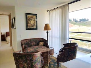 Una sala de estar llena de muebles y una ventana en Apartamento en venta en El Porvenir de dos habitaciones