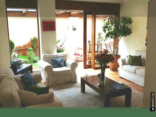 Una sala de estar llena de muebles y una gran ventana en Vendo de Casa en Usaquén, Santa Bárbara Central. Con 4 habitaciones-180mt2