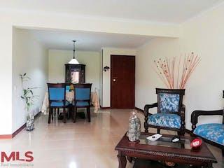 Una sala de estar llena de muebles y una chimenea en El Castillo De La Castellana