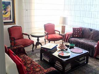 Una sala de estar llena de muebles y un sofá en Apartamento En Venta En Bogota La Cabrera, Con 2 habitaciones-140mt2