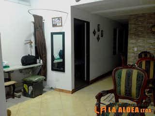 Una sala de estar llena de muebles y una ventana en Casa en venta en Rodeo Alto