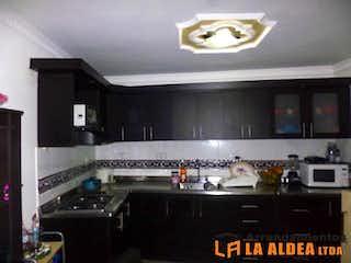 Una cocina con una estufa y un fregadero en Apartamento Para Venta en Samaria de 77mt2