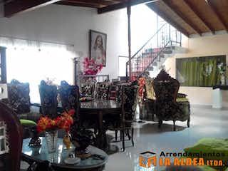 Una habitación llena de muchos muebles y desorden en Casa Para Venta en El Portal de 260mt2