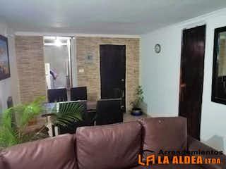 Una sala de estar llena de muebles y una televisión de pantalla plana en ALCAZARES DE LOS PRADOS