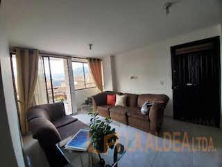 Una sala de estar llena de muebles y una gran ventana en Apartamento en venta en El Carmelo de 3 Habitaciones.