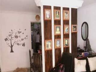 Una sala de estar llena de muebles y una ventana en Casa en venta en El Carmelo de 108m2.