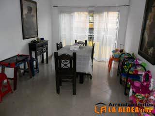 Una sala de estar llena de muebles y una ventana en Casa en Venta en Calatrava, Con 6 habitaciones-177mt2
