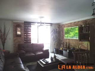 Una sala de estar llena de muebles y una ventana en ED. OTRABANDA 1