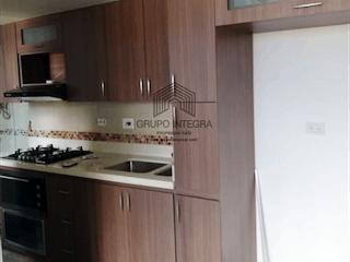Una cocina con una estufa de fregadero y nevera en Apartamento en venta en Envigado La Cuenca, Con 3 habitaciones-62mt2