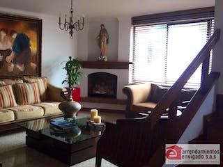 Una sala de estar llena de muebles y una chimenea en LOMADENTRO