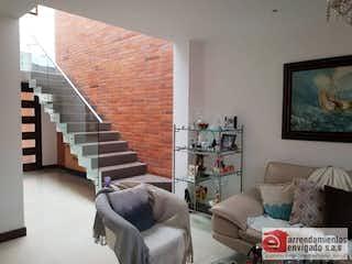 Una sala de estar llena de muebles y una televisión de pantalla plana en BURDEOS