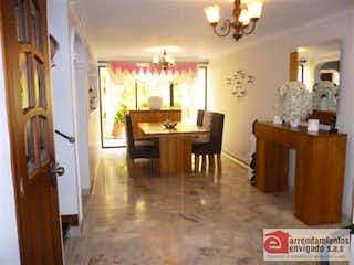 Una sala de estar llena de muebles y una lámpara de araña en VILLA GRANDE