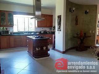 Una cocina con una estufa y un refrigerador en REFUGIO DEL ESMERALDAL