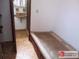 Un cuarto de baño que tiene un inodoro en él en CASTILLEJOS