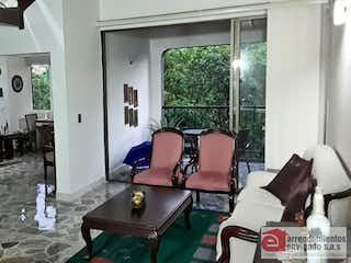 Una sala de estar llena de muebles y una ventana en MI MORADA