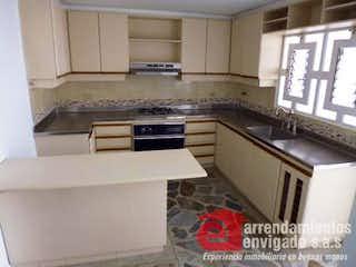 Una cocina con una estufa de fregadero y armarios en Casa en venta en El Portal, de 164mtrs2 con patio