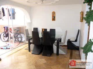 Una sala de estar llena de muebles y una ventana en LUNA VERDE