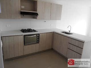 Una cocina con una estufa de fregadero y microondas en ED SCALA