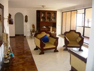 Una sala de estar llena de muebles y una chimenea en  Buganville