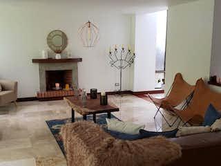 Una sala de estar llena de muebles y un reloj en CANTO DE LUNA