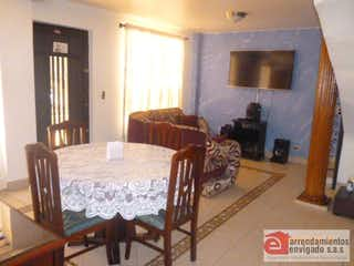Una sala de estar llena de muebles y una mesa en Casa Para Venta Alcalá con 150mt2