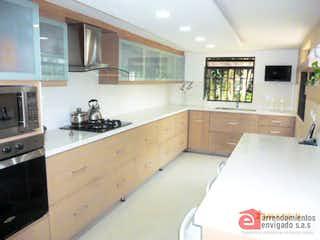 Una cocina con nevera y fregadero en Casa en venta en Alcalá 4 Habitaciones- 140m2.