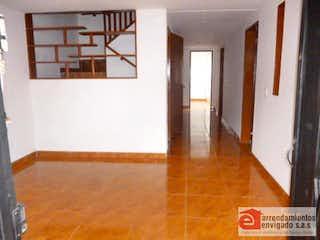 Una habitación con suelos de madera y un suelo de madera en Casa Para Venta en Campo Amor de 129mt2 con balcón.