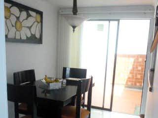 Una habitación con una mesa y una mesa en MANGAZUL UNIFAMILIAR