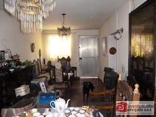 Una sala de estar llena de muebles y una lámpara de araña en Casa Para Venta El Trianón de 137mt2 con patio.