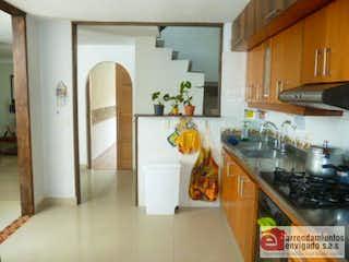 Una cocina con nevera y fregadero en Casa Para Venta El Trianón de 210mt2 con balcón.