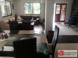 Una sala de estar llena de muebles y una ventana en Casa en Venta en La Cuenca con 740 mt, de tres niveles