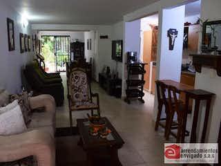 Una sala de estar llena de muebles y una mesa en QUINTAS DE LOS ALMENDROS